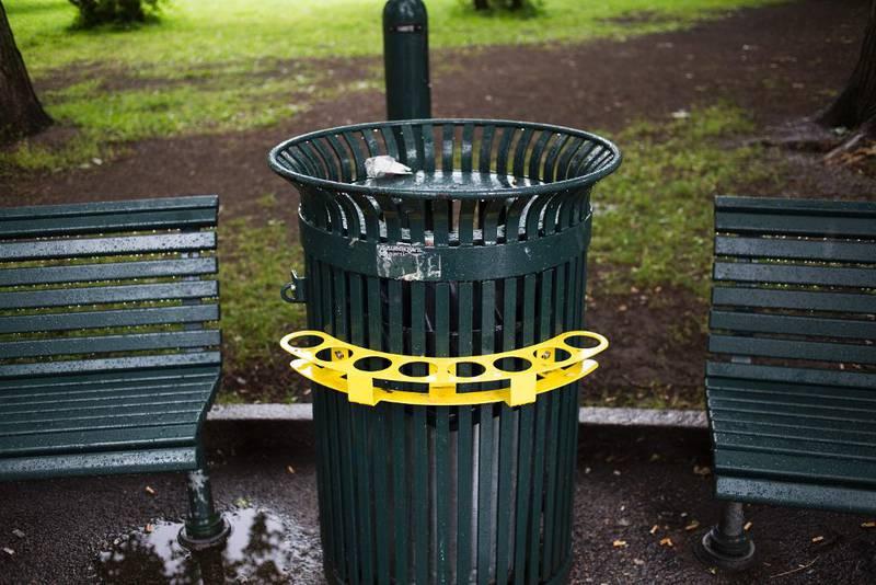På fire søppelkasser på Grünerløkka er det satt opp flaskeholdere.
