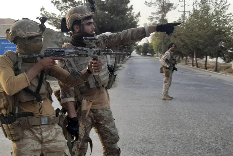 Afghanske soldater prøver å beholde kontrollen over Lashkar Gah i Helmand-provinsen. Faller byen, kan krigen mot Taliban ta en avgjørende vending.  Foto: AP / NTB