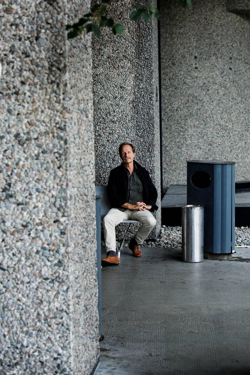 Forfatter Kjartan Fløgstad har skrevet boken Due og Drone.Her fotografert utepå Risløkka i den gamle kabelfabrikken som har en stor rolle i boka.