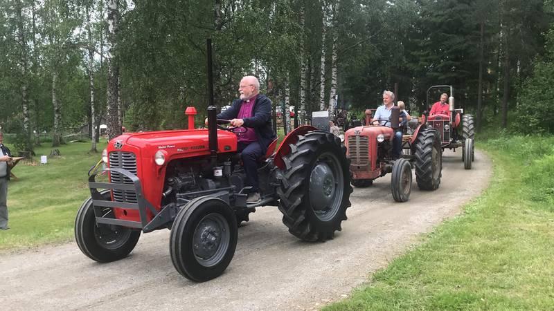 Atle Sommerfeldt ankom gudstjenesten på Trøgstad Bygdemuseum på en Massey Ferguson-traktor. Sommerfeldt mener kirken må oppsøke folk der de er. Og i Trøgstad er folk ofte engasjert med av jordbruk og traktorer.
