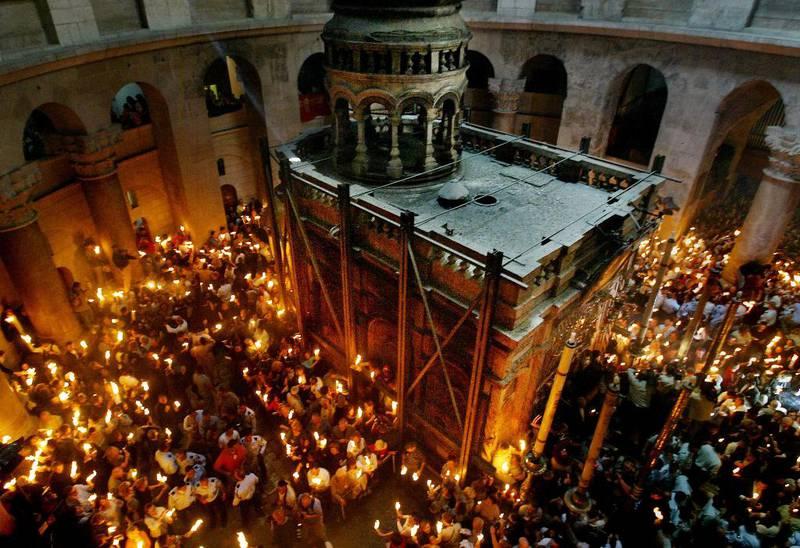 Jesu grav i Jerusalem er eit viktig pilegrimsmål for mange kristne. Sjølve gravminnet er fleire meter høgt og er støtta av metallbjelkar. No skal det restaurerast.