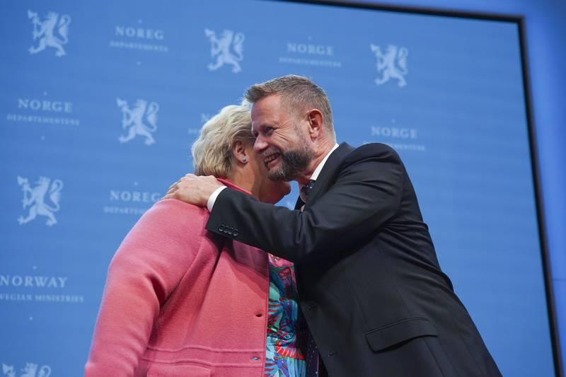 Statsminister Erna Solberg og helseminister Bent Høie gir hverandre en klem under pressekonferanse om koronasituasjonen. Foto: Ali Zare / NTB