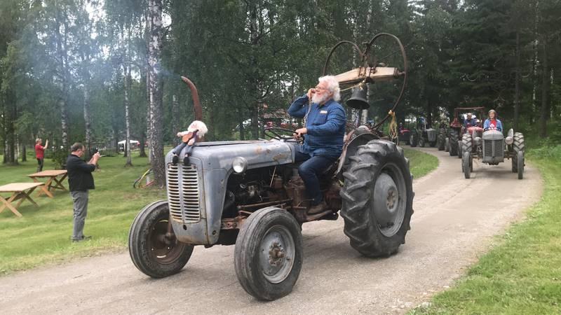 Bonden og tusenkunstneren Leif Larsen fikk ideen til traktorprosesjonen. Bak på sin egen traktor hadde han smidd en kirkeklokke.