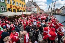 Fotballfeberen herjer i Danmark: - Et alibi for å vise følelser