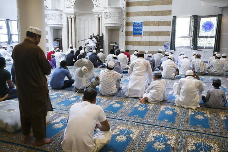 Fra fredagsbønnen i moskeen Central Jamaat-e Ahl-e Sunnat i Oslo. Hvorfor ikke kringkaste fredagsbønn fra norske moskeer? spør Vårt Land.