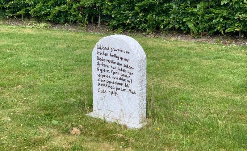 På Udland gravlund i Haugesund ble denne graven skjendet forrige helg. Senere fikk en familie tilsendt et rasistisk brev. Nå er en mann i 30-årene siktet for det hatefulle hærverket.