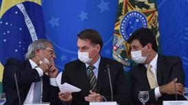 President med munnbind ene dagen, og håndtrykk den neste
