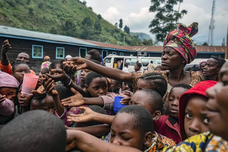 Det har brutt ut kolera i Sake, der tusenvis har søkt tilflukt etter et vulkanutbrudd utenfor byen Goma. Forholdene for flyktningene er kritiske, og det mangler både rent drikkevann og nok mat. Foto: AP / NTB