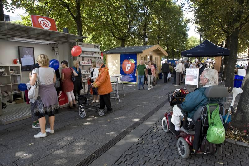Valgkampen tetner til den siste uka før valget. På Karl Johans gate i Oslo står valgkampbodene tett i tett. Foto: Bjørn Sigurdsøn / NTB