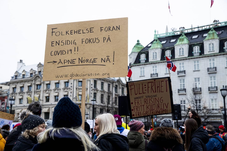 Demonstrasjon mot koronatiltak på Karls Johans gate utenfor Stortinget.  Deretter gikk de i fakkeltog en runde rundt Spikersuppa og så til Youngstorget.