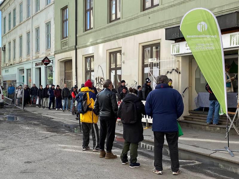 550 personer, de fleste rusavhengige, stod i kø for å motta mat ved Evangeliesenterets kontaktsenter i Oslo tirsdag. – Fordi andre har stengt blir pågangen større hos oss, sier bestyrer Stian Ludvigsen ved Evangeliesenterets kontaktsenter i Oslo.