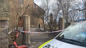 Jordskred ved Gamle Aker kirke i Oslo – antar det er skader på kirkegården