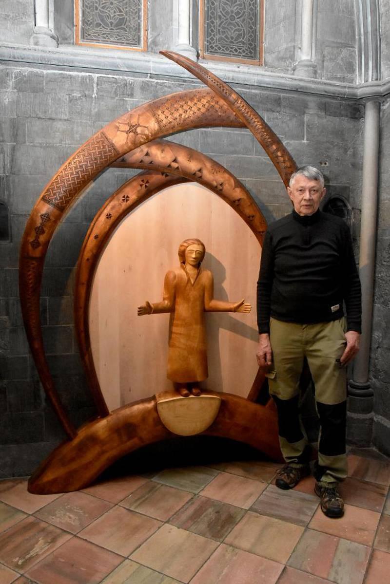 Folke Fjällström ved det samiske alteret han har laget i Nidarosdomen. Det vil bli innviet når feiringen av 100-årsjubileet for det samiske landsmøtet starter mandag.