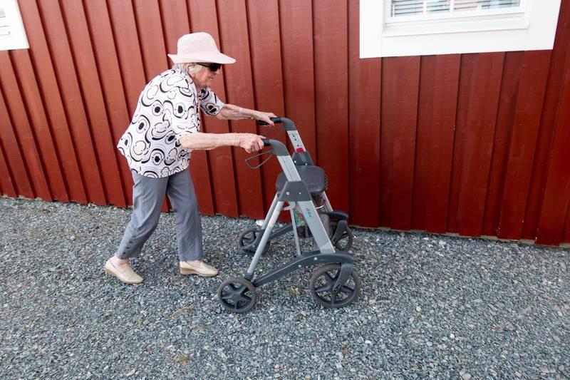 Trondheim  20170607. Eldre dame som går med rullatoren sin. Modellklarert til redaksjonell bruk.  Foto: Gorm Kallestad / NTB scanpix
