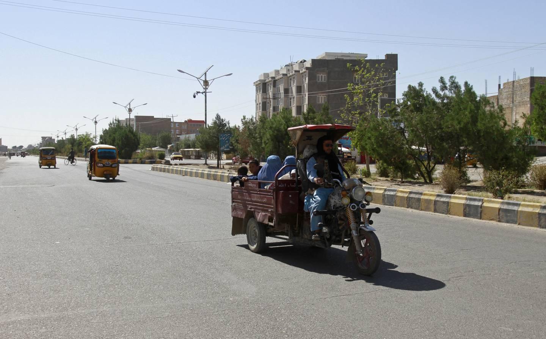 Dagliglivet må fortsette for mange afghanere mens USA og Nato er i ferd med å trekke seg ut av landet. Her i Herat-provinsen vest for Kabul har kampene rast mellom Taliban og regjeringsstyrkene den siste tiden. Foto: Hamed Sarfarazi / AP / NTB