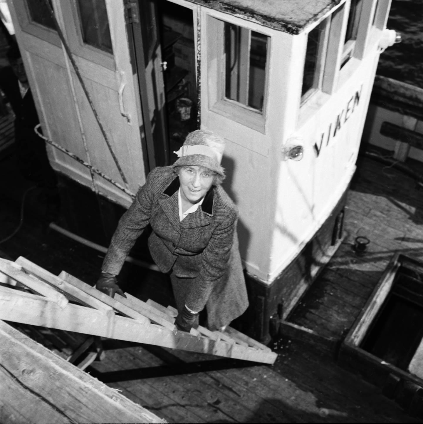 PÅ PRESTESSKØYTA: Ingrid Bjerkås ble ordinert til sogneprest i Berg og Torsken prestegjeld på Senja i Troms i 1961. Det blir mange og lange reiser med presteskøyta Viken, som frakter Bjerkås rundt i distriktet hennes.