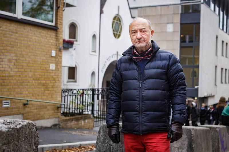 """""""Først å fremst må vi få vekk disse """"grisene"""" sier Ervin Kohn, forstander i Det mosaiske trossamfunn (DMT) og peker på de store betongklossene foran synagogen. Han ønsker at Bergstien skal bli et naturlig valg når man skal opp St. Hans Haugen. For at det skal skje må gaten oppgraderes."""