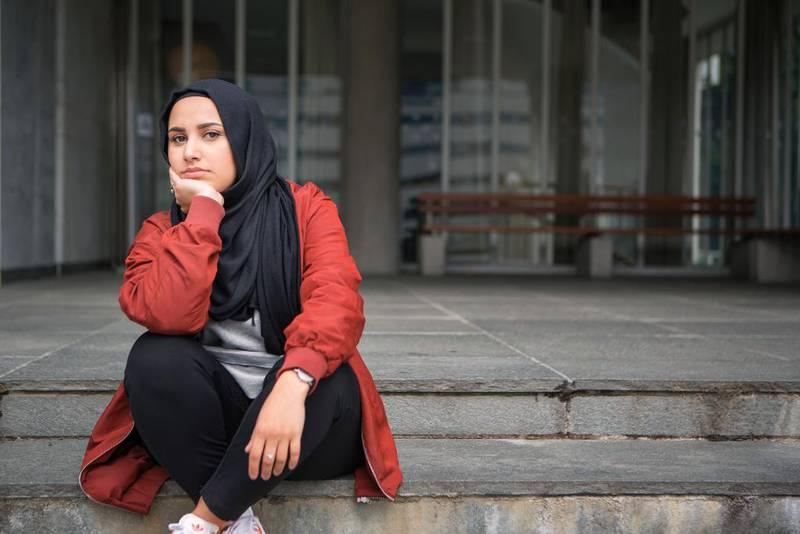 22 år gamle Faten Mahdi Al-Hussaini blir den første NRK-programlederen med hijab, når hun senere i høst skal lede dokumentarserien . Nå har NRK blitt klaget inn til likestillingsombudet for religionsdiskriminering.