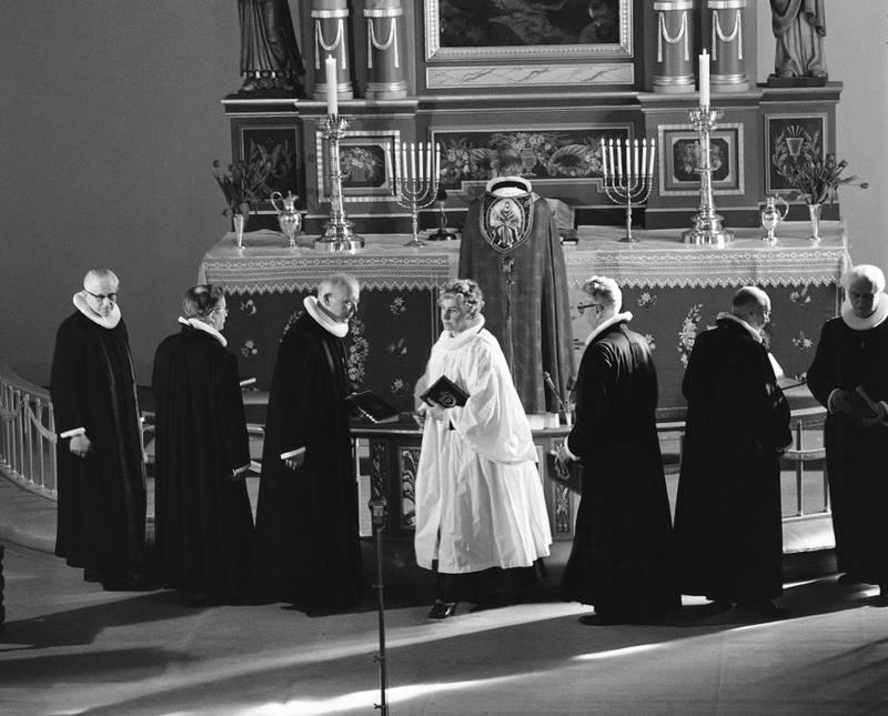 Ingrid Bjerkås var Norges første kvinnelige prest. Her under ordinasjonen i Vang Kirke 19. mars 1961. Biskop Kristian Schjelderup foretar ordinasjonen.