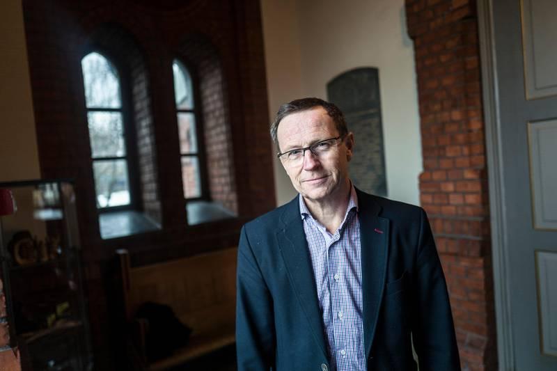 Det kontantløse samfunnet påvirker også kirkene. Nå starter Uranienborg kirke med betalingstjeneste på mobil. Slik skal søndagskollekten både bli tryggere og mer håndterlig. Kirkevergen i Oslo, Robert Wright.