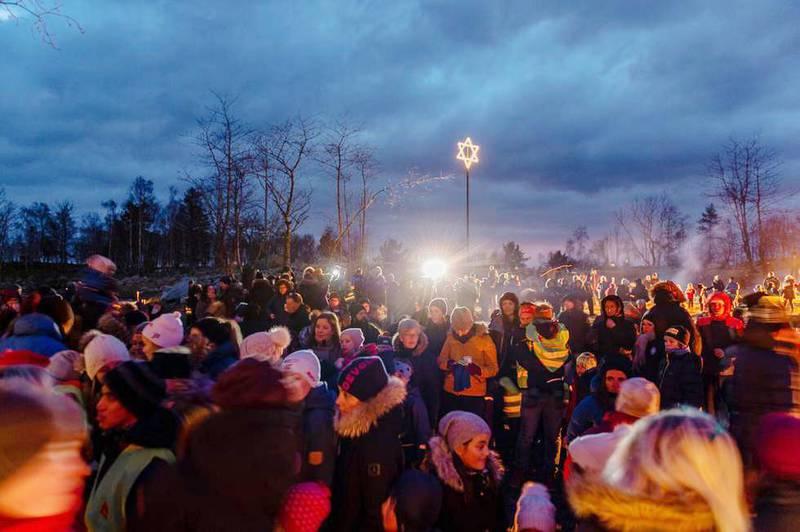 Pinsemenigheten Klippens sekskantede julestjerne skapte reaksjoner blant innbyggerne i Strand. Kommunen anmodet menigheten om å endre utformingen. Biskop emeritus Ole Christian Kvarme mener protestene er historieløse.