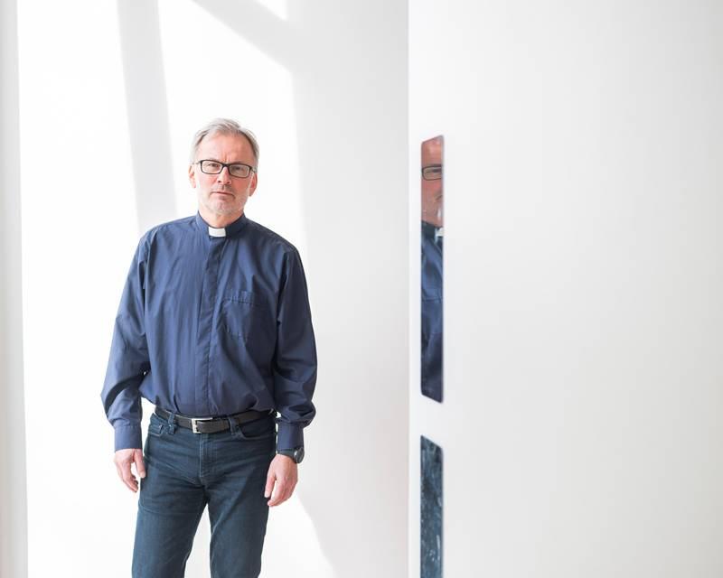 Prost Gunnar Næsheim tilbyr gravferdsseremonier i regi av andre livssynssamfnn i Eiksmarka kirke.