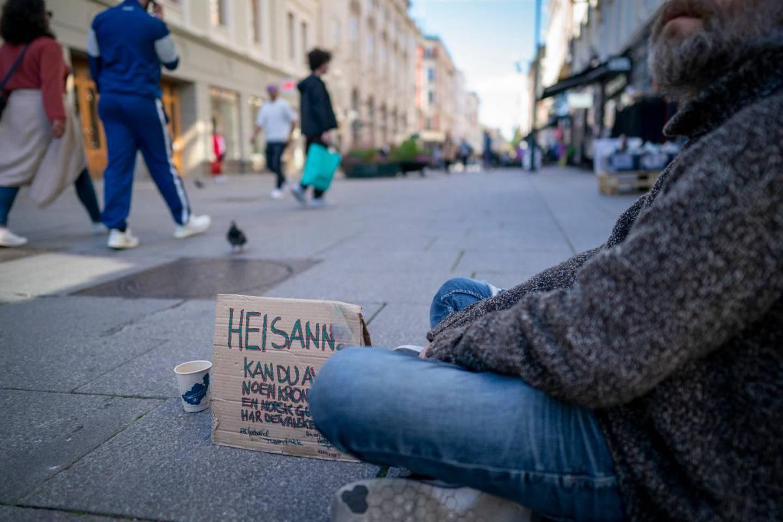 «Calle» (41) tigger penger på Karl Johans gate for å finansiere rusforbruket sitt. Nå kan han endelig røyke heroin på kommunens nye røykerom.