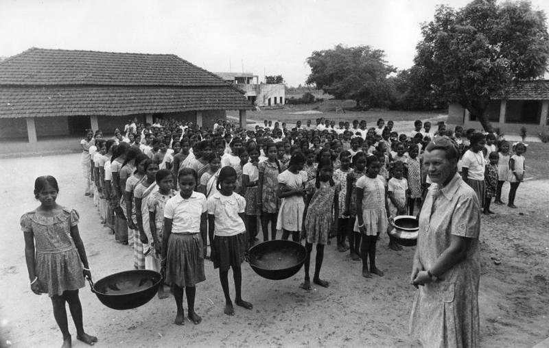 Misjonær Eldbjørg Gulbrandsen fra daværende Santalmisjonen er på oppdrag i India. Professor Marianne Skjortnes mener at misjonærer som henne bidro til å endre inngrodde forestillinger om at innfødte ikke kunne få lederstillinger eller at kvinner ikke skulle ha like rettigheter som menn.