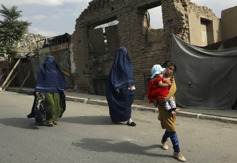 Afghanske kvinner i Kabul har iført seg burka, en uke etter at Taliban tok kontrollen over Afghanistan. Foto: Rahmat Gul / AP / NTB