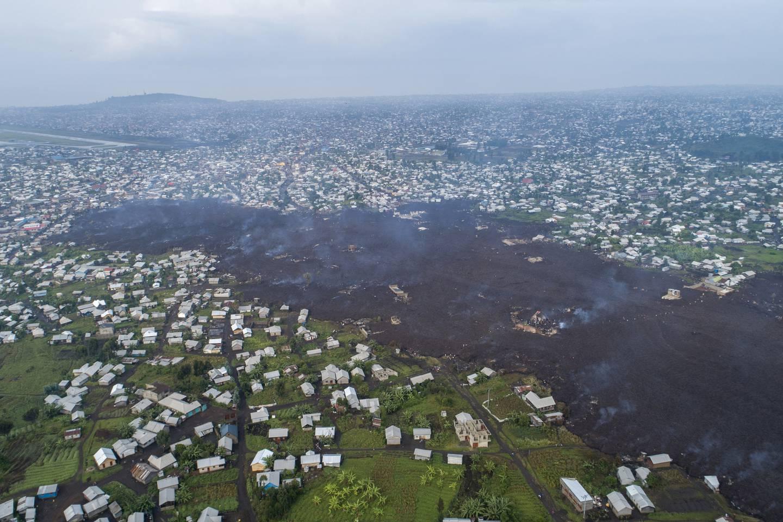 En elv av lava har veltet inn i Goma, der en stor del av innbyggerne nå har flyktet av frykt for et nytt utbrudd og at giftige gasser skal stige opp fra bunnen av Kivusjøen tett ved. Foto: AP / NTB