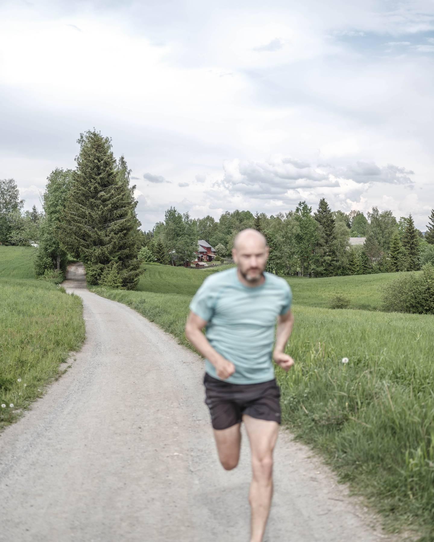 Jann Post.   NRKs sportskommentator Jann Post er ute med boka Et steg foran. Her forteller han om helomvendingen han gjorde fra overvektig arbeidsnarkoman til livsglad løpeentusiast.