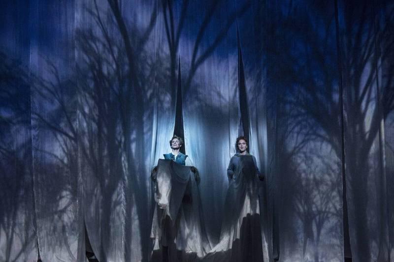 Brødrene Jonathan (Oddgeir Thune) og Kavring (Emil Johnsen) på reise i Nangijala – de dødes rike. – Det er søskenkjærligheten mer enn dødsmotivet som blir stående som det sterkeste ved forestillingen, skriver vår anmelder om Brørne Løvehjarte på Det Norske Teatret.