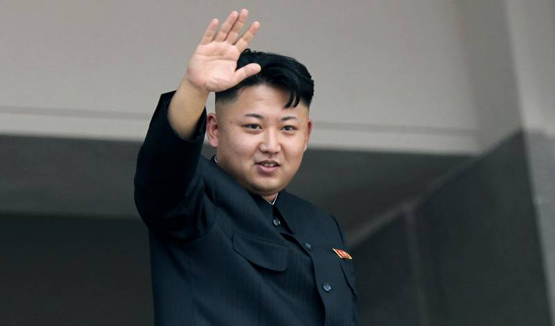 FILE - In this July 27, 2013 file photo, North Korea's leader Kim Jong Un waves to spectators and participants of a mass military parade celebrating the 60th anniversary of the Korean War armistice in Pyongyang, North Korea. North Korea's young leader wasn't in his customary seat as the country convened its rubber-stamp parliament Thursday, Sept. 25, 2014, adding to South Korean media speculation that Kim may be ill. (AP Photo/Wong Maye-E, File) / TT / kod 436