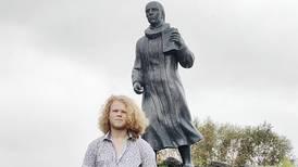 Strides om misjonærstatue: – Burde kastes eller plasseres på museum