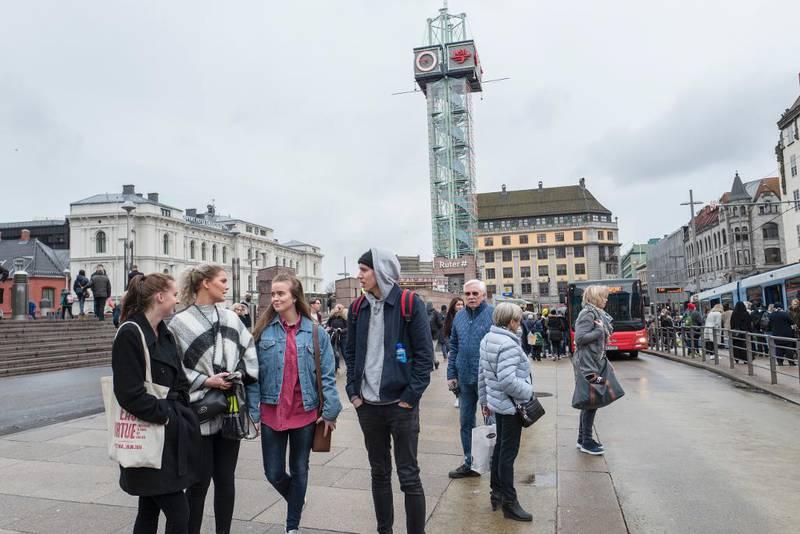 Vennegjengen vet de blir overvåket på Oslo sentralstasjon, men synes det er uproblematisk. De hører til flertallet som mener mer overvåkning er bra, dersom det hindrer terroraksjoner. Fra venstre: Nina Carstensen, Linn Eliassen, Hedda Hofsvang og Magnus Kleven.