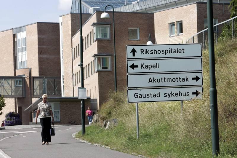 Oslo 20040806:                                         Eksteriør av Rikshospitalet i Oslo.              Skilt: Rikshospitalet , Kapell , Akuttmottak , Gaustad sykehus . Foto: Heiko Junge / SCANPIX .
