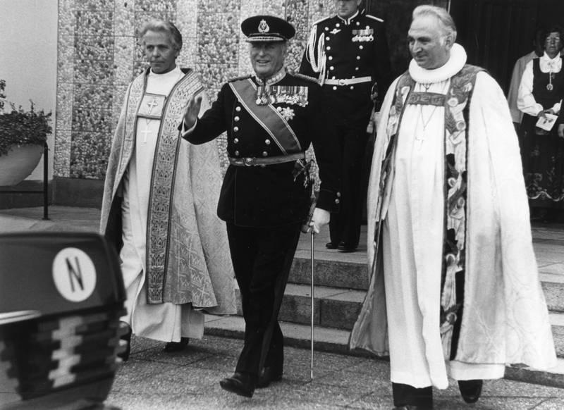 Den norske kirke, vigslingen av Ole Nordhaug til biskop i Molde, fra venstre, Ole Nordhaug, Kong Olav V, Andreas Aarflot, 18.09. 1983