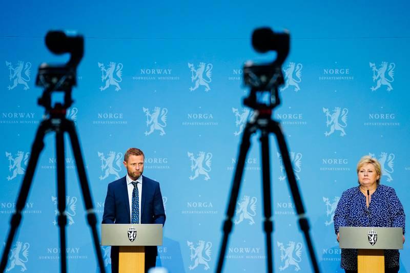 Oslo 20200812.  Helseminister Bent Høie (H) og statsminister Erna Solberg (H) under en pressekonferanse om koronasituasjonen i Marmorhallen i Oslo onsdag. Foto: Håkon Mosvold Larsen / NTB scanpix