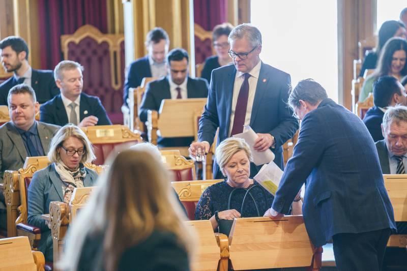 Frp – her med parlamentarisk leder Hans Andreas Limi (stående) og partileder Siv Jensen midt i bildet – spiller en nøkkelrolle i å skape flertall når stortingsmeldingen om bioteknologi debatteres tirsdag.