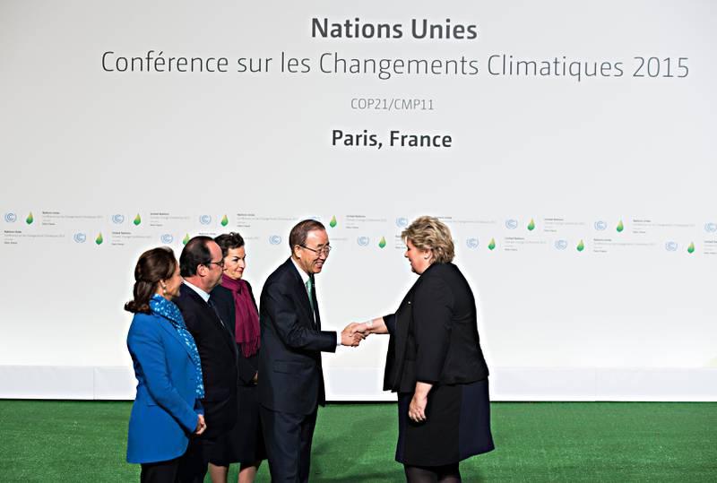 PARIS, FRANKRIKE 20151130.Statsminister Erna Solberg (H) blir tatt imot av den franske president François Hollande (tv), minister Ségolène Royal (i blått), FNs klimasjef Christiana Figueres (UNFCCC) og FNs generalsekretær Ban Ki-moon under åpningen av FNs klimakonferanse i Paris 2015.Foto: Berit Roald / NTB scanpix