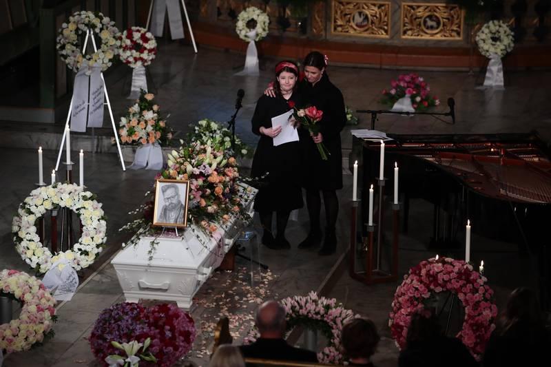 Oslo 20200103.  Maud Angelica Behn satte et portrett  hun selv har tegnet på kisten og holdt minneord for sin far Ari Behn under bisettelsen i Oslo domkirke. Prinsesse Märtha Louise til høyre. POOL Foto: Håkon Mosvold Larsen / NTB scanpix