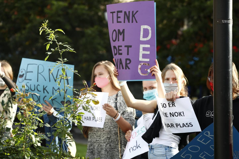 Oslo 20200914.  Folk har samlet seg med plakater på Eidsvolls plass utenfor Stortinget for å vise sin støtte til flyktingene i den nedbrente leieren Moria på den greske øya Lesbos i Hellas.  Foto: Terje Pedersen / NTB scanpix