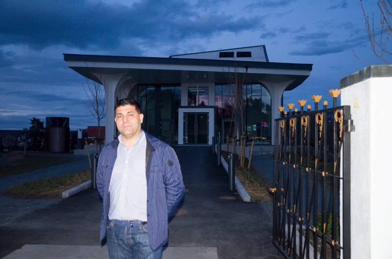 Kommunepolitiker for SV i Ringerike, Parviz Salimi, foran Hønefoss kirke, der afghansk konvertittfamilie har sittet i kirkeasyl i elleve uker. Han tar ikke stilling til familiens sak, men mener de fleste som konverterer etter å ha kommet til Norge, gjør det for å sikre seg oppholdstillatelse.