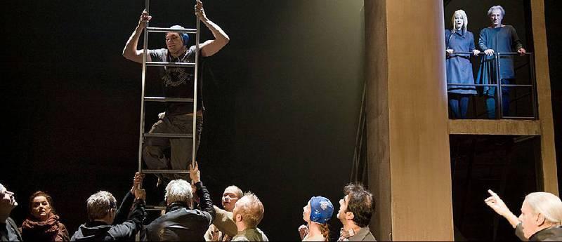 Skuespilleren som er førstemann opp den babelske aluminiumstige, bryter ut på finsk, og straks utviser ensemblet en babelsk språkkyndighet til felles forskrekkelse og publikums forlystelse.