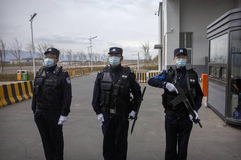 VOKTES: Væpnet politi holder vakt utenfor leiren.