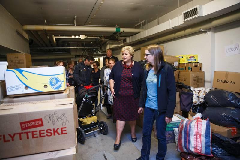 Gunnhild Bringsvor (th) og statsminister Erna Solberg (H) idet statsministeren besøker frivillige på Tøyen (lagerlokale på Tøyensenteret), lageret der innsamlede klær og leker blir samlet, og møter frivillige som har gjort en innsats. De frivillige deler ut klær, toalettsaker og mat til nyankomne flyktninger som kommer til registreringsmottaket på Tøyen i Oslo.