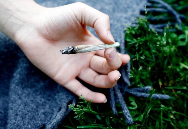 200706 Hånd holder hasj-sigarett. Joint. Hasjrøyking. Hasj. Ungdomskultur. Stoffmisbruk. Foto: Sara Johannessen / SCANPIX NB! Modellklarert
