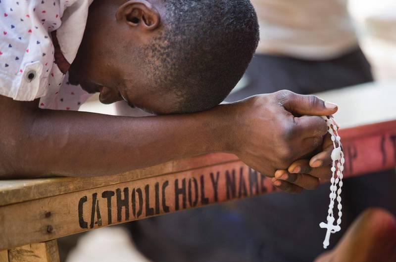 En nigeriansk mann ber i forgården til den katolske St. Charles-kirken i det hovedsaklig kristne nabolaget Sabon Gari i Kano, nord i Nigeria. Kirken var åstedet for et bombeangrep året før, i 2014, som Boko Haram fikk skylden for.