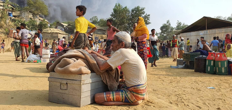 Rohingya-flyktninger har greid å redde noen av eiendelene sine fra brannen, som fortsatt raser. Foto: Shafiqur Rahman / AP / NTB