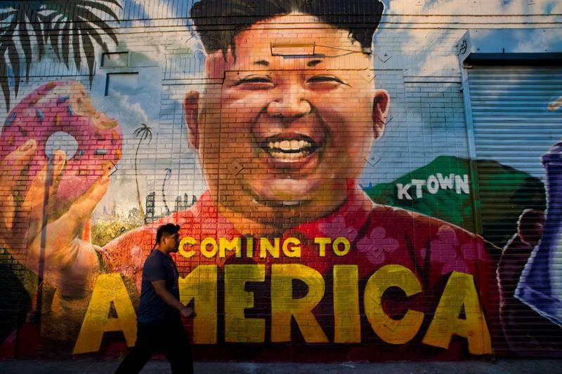 «Kommer til Amerika», står det på dette Kim-murmaleriet i Los Angeles. Diktatoren er invitert til Det hvite hus etter toppmøtet med Donald Trump.